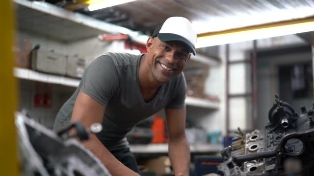 auto service latin afro worker / owner - warsztat filmów i materiałów b-roll