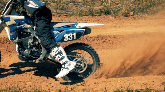 autobike driven by a professional motorcyclist starts moving in slow motion - motocross video stock e b–roll