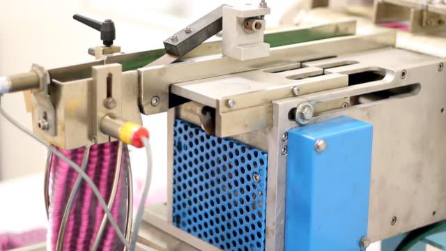 stockvideo's en b-roll-footage met automated blister packaging machine - doordrukstrip