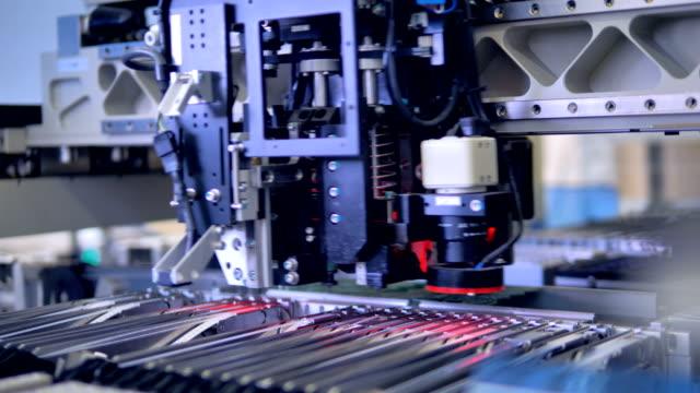 automated citcuit board manufacturing machine. 4k. - манипулятор робота производственное оборудование стоковые видео и кадры b-roll