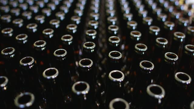 맥주와 알콜 중독에 대 한 병의 청량 음료 산업 체인 자동화. - 와인병 스톡 비디오 및 b-롤 화면