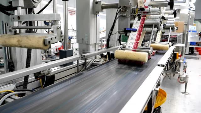 meyve çiftliği fabrikasında etiketler için otomatik makine. - gıda ve i̇çecek sanayi stok videoları ve detay görüntü çekimi