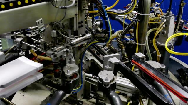 automatiserad maskin för produktion av kvinnors strumpor - strumpbyxor bildbanksvideor och videomaterial från bakom kulisserna