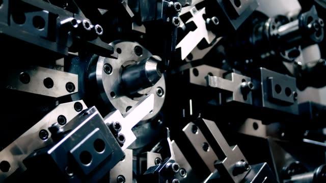 produzione automatizzata di massa. ingegneria, tecnologia e primo piano delle attrezzature industriali. - molla video stock e b–roll