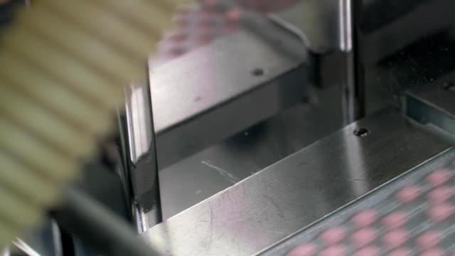 stockvideo's en b-roll-footage met automatische verpakking op drugsproductie - doordrukstrip