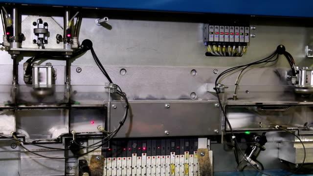 automatiserad produktion i plagg fabrik - strumpbyxor bildbanksvideor och videomaterial från bakom kulisserna
