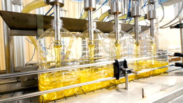 stockvideo's en b-roll-footage met geautomatiseerde productielijn van een vloeibaar wasmiddel. machines voor het bottelen in werk. 4k. - chemische fabriek