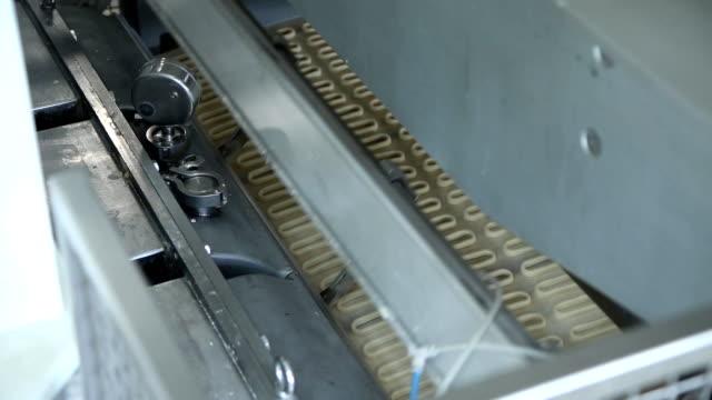 automatiserad produktion av bageriprodukter - biltransporttrailer bildbanksvideor och videomaterial från bakom kulisserna