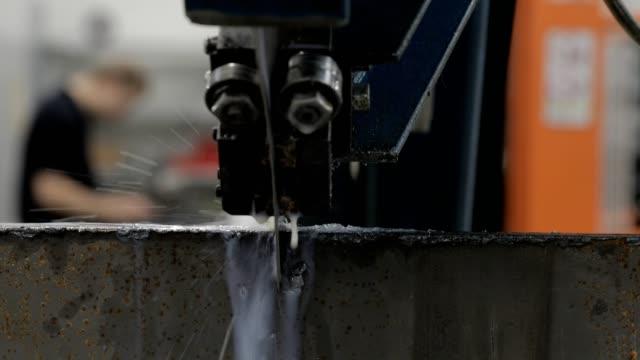 automatische bandsäge metallwerkstück. - bandsäge stock-videos und b-roll-filmmaterial