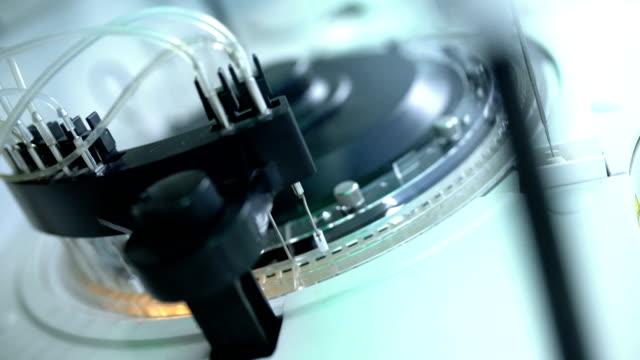 vídeos de stock, filmes e b-roll de máquina de analisador automático de sangue. - exatidão