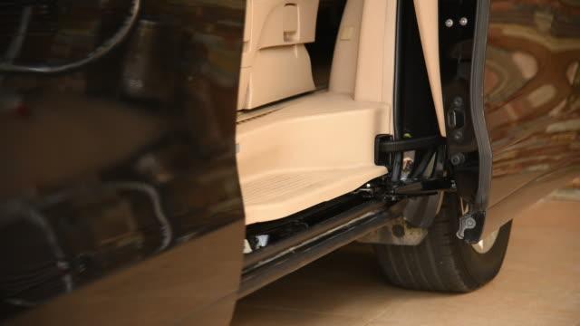 hd: cambio automatico auto porta - sportello d'auto video stock e b–roll