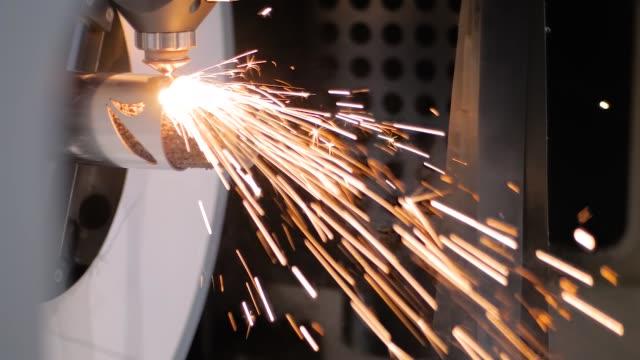 스파크가 있는 금속 공작물로 작동하는 자동 cnc 레이저 절단기 - 정확성 스톡 비디오 및 b-롤 화면