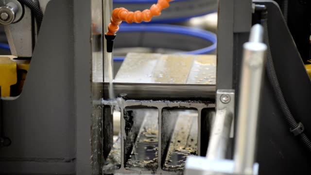 automatische horizontale bandsäge. der prozess des schneidens stahl kanal bars - bandsäge stock-videos und b-roll-filmmaterial