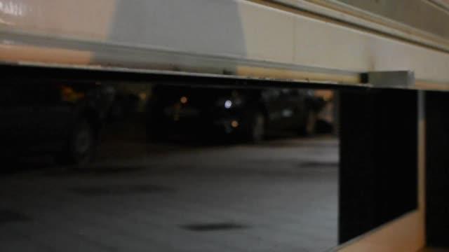 automatische safaktier-ladenverschluss am ende des tages - garage stock-videos und b-roll-filmmaterial