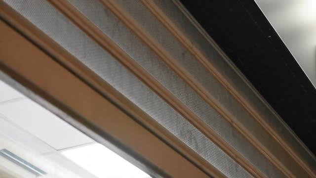 automatisk metall butik slutare stängning i slutet av dagen - lås bildbanksvideor och videomaterial från bakom kulisserna