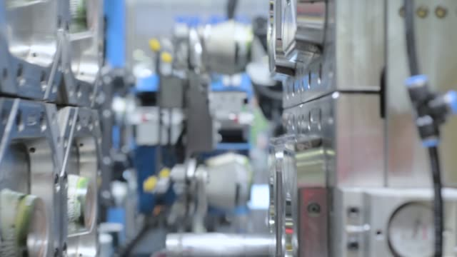 Automatic plastic injection molding machine - vídeo