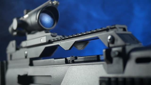 vidéos et rushes de fusil automatique sur un fond sombre avec une vue télescopique - mitrailleuse