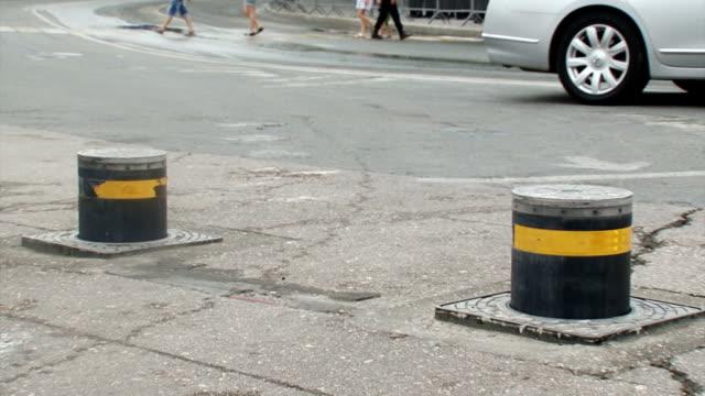 vídeos y material grabado en eventos de stock de barreras automáticas de seguridad en una calle de la ciudad - valla límite
