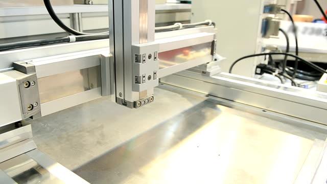 автоматическое вкручивании machine - затягивание стоковые видео и кадры b-roll