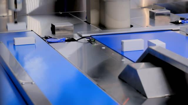 自動選別コンベアシステム - 白い小さな段ボール箱を移動 - センサー点の映像素材/bロール