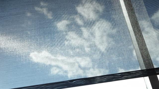 automatic sole screening shade si apre e si chiude sulla finestra luminosa - penombra video stock e b–roll