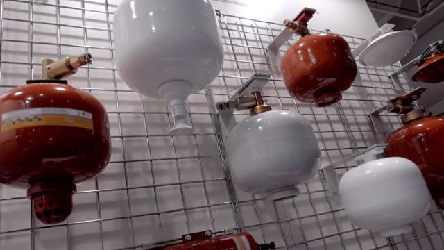 vídeos de stock, filmes e b-roll de automático, extintores de parede nas cores vermelhos e brancos na exposição - domínio