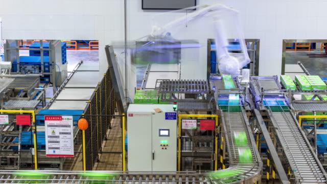 automation produktionslinjen i mjölk fabriken timelapse - livsmedelstillverkningsfabrik bildbanksvideor och videomaterial från bakom kulisserna