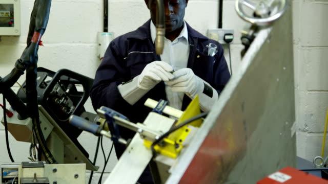automotive engineering il controllo della qualità di servizio in un magazzino - metal robot in logistic factory video stock e b–roll