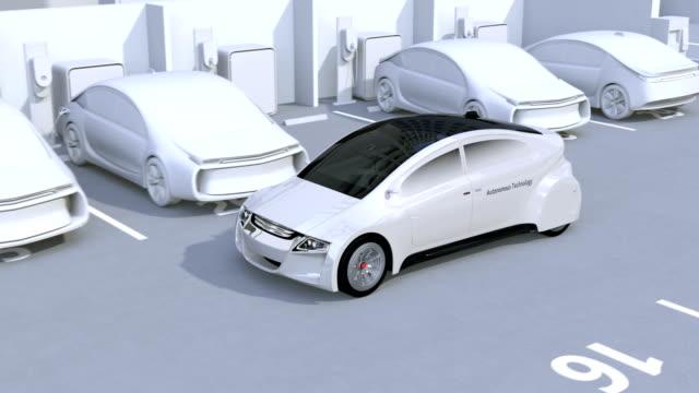 vídeos de stock, filmes e b-roll de autónomo estacionamento pelo sistema auxiliar de estacionamento inteligente - dividindo carro
