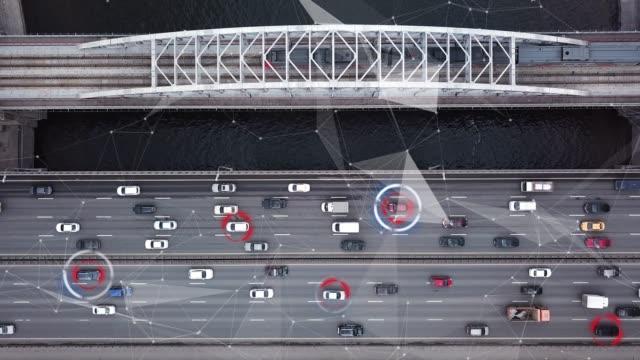 高速道路上を移動する自律自動運転車。未来都市。インテリジェンススキャン環境。安全にドライブ。航空写真トップビュー - 自動運転車点の映像素材/bロール