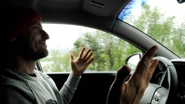 パラレルマニピュレーターの車。旅行中にリラックスできるドライバー - 自動運転車点の映像素材/bロール