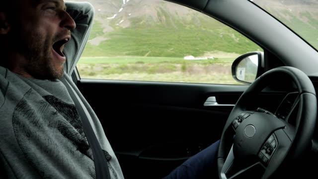 パラレルマニピュレーターの車。旅行中にドライバーが怖い - 自動運転車点の映像素材/bロール