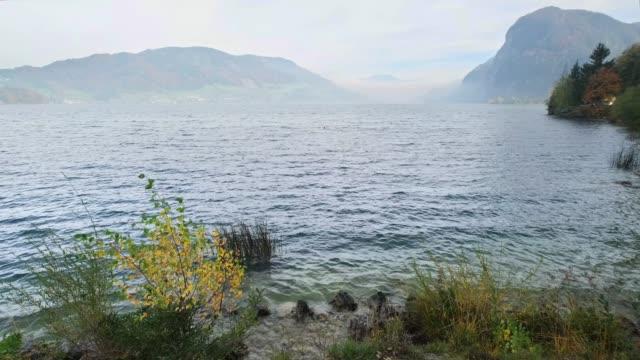 vídeos y material grabado en eventos de stock de vista al lago de montaña de los alpes de otoño, salzkammergut, alta austria. - charca