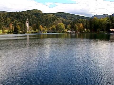 autumn in slovenia from air, lake bohinj - i̇badet yeri stok videoları ve detay görüntü çekimi
