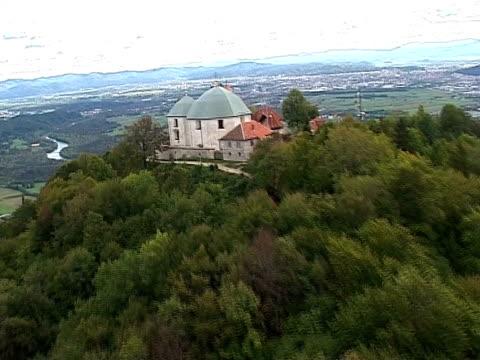 autumn in slovenia from air - i̇badet yeri stok videoları ve detay görüntü çekimi