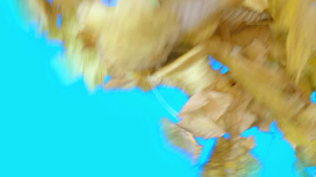 herbst blätter geblasen in einem blauen bildschirm übergang in 4k zeitlupe 60fps - laub winter stock-videos und b-roll-filmmaterial