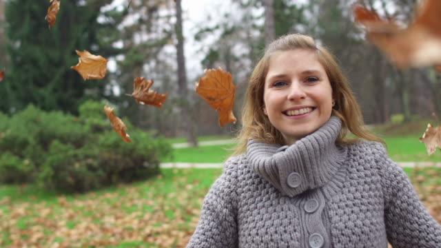 autumn leaves falling on girl - endast en tonårsflicka bildbanksvideor och videomaterial från bakom kulisserna