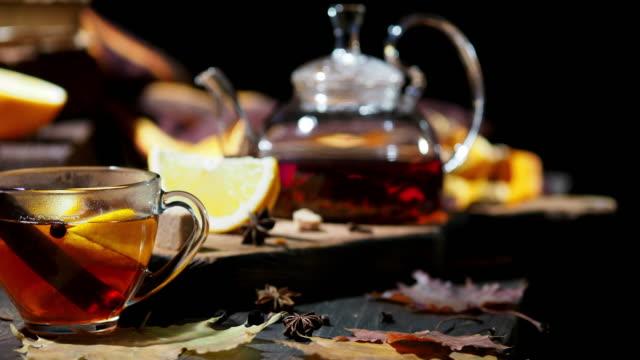 vidéos et rushes de thé orange automne - thé boisson chaude