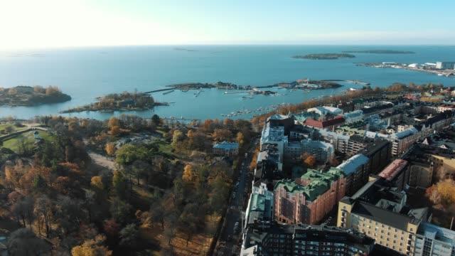 höstpark vid byggnader mot blått hav i helsingfors stad - drone helsinki bildbanksvideor och videomaterial från bakom kulisserna