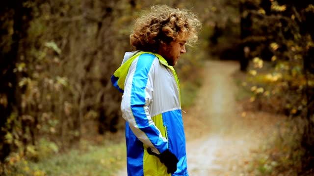 hösten park. morgon kör. mannen i sportkläder jogging. - tävlingsdistans bildbanksvideor och videomaterial från bakom kulisserna