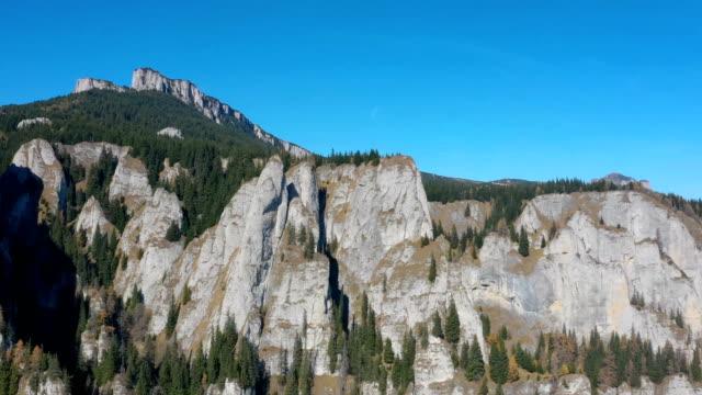 vídeos de stock, filmes e b-roll de paisagem de montanha rochosa de outono em cárpatos romenos - penedo