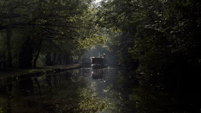 秋の晴れた朝のイギリスの運河 - はしけ点の映像素材/bロール