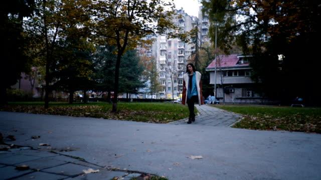 herbstliche wanderung im öffentlichen park - schwarzes haar stock-videos und b-roll-filmmaterial