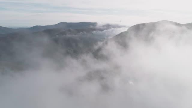 가을의 공중 보기. 자연과 구름 풍경. 안개와 안개는 모든 풍경에 단순을 만드는. - mindfulness 스톡 비디오 및 b-롤 화면