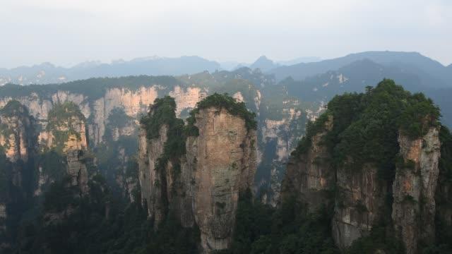 avatar berg i zhangjiajie-kina - bergsrygg bildbanksvideor och videomaterial från bakom kulisserna