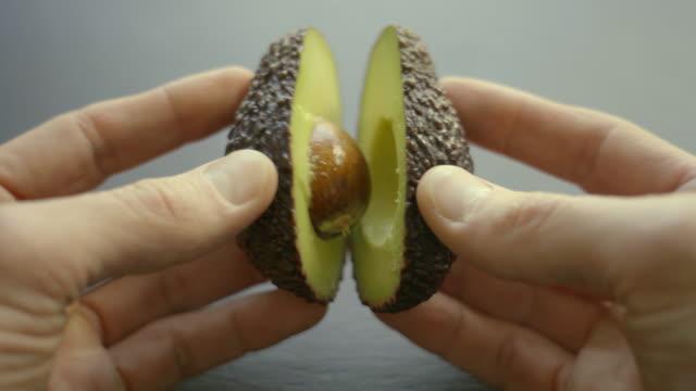 vídeos de stock, filmes e b-roll de abacate o superfood - dieta paleo