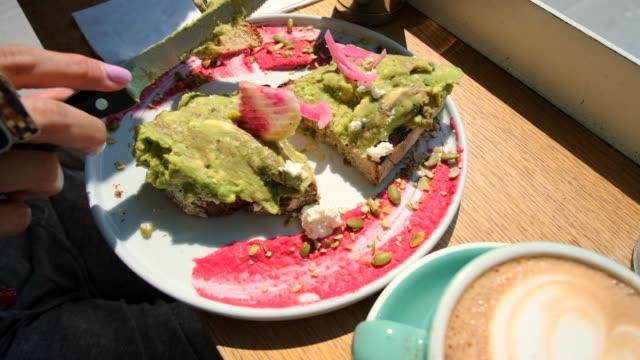 stockvideo's en b-roll-footage met avocado toast en koffie ontbijt 4k - geroosterd brood