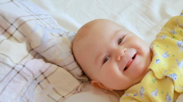 vaknat lite baby pojke - människohuvud bildbanksvideor och videomaterial från bakom kulisserna