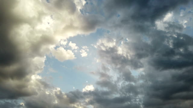 ehrfürchtig zeitraffer von wolkenbänken mit lichteffekten und szenischer bewegung - zirrus stock-videos und b-roll-filmmaterial