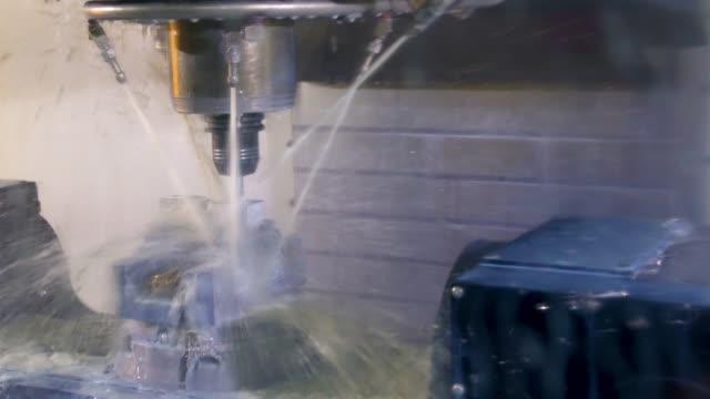 산업 기계 공장 제조 공장에서에서 작업에 5 축 cnc 밀링 기계. - 척 드릴 부속품 스톡 비디오 및 b-롤 화면